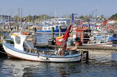 Fischereihafen in Lübeck Travemünde - Kutter am Steg.