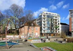 Parc fiction / Antonipark / Gezi-Park  in Hamburg St. Pauli; Metallpalme - Wohnhäuser, Gemeindehaus der St. Pauli Kirche.