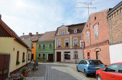 Wohnhäuser in Lübbenau / Spreewald; Ziegelgebäude und verputzte, farbige Fassaden