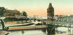 Historische Ansicht der Hansestadt Lübeck - Blick über den Trave Kanal zur Hubbrücke und dem Ziegelturm, in dem die Hydraulik der Brücke untergebracht ist.