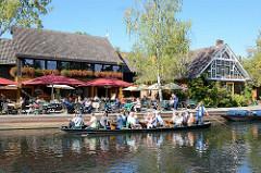 Anlegestelle für Spreekähne - Touristen machen Pause in der Gaststätte am Wasser.