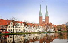 Historische Wohnhäuser an der Untertrave in der Hansestadt Lübeck - Türme vom Lübecker Dom.