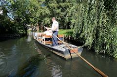 Polizeikahn, Boot mit Polizisten, die durch einen Fliess / Kanal in Lehde, Lübbenau fahren.
