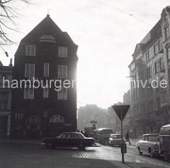 Alte Fotografie der Davidwache am Spielbudenplatz / Davidstrasse - Blick von der Reeperbahn, Kopfsteinpflaster und Strassenbahnschienen, KfZ der 1960 Jahre.