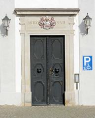 Eingangstür mit Schnitzereien, Löwenkopf mit Klopfer - ständisches Landhaus in Lübben ( Spreewald ), einstiger Sitz der Niederlausitzer Landstände.