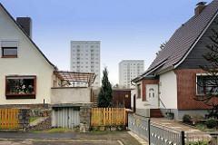 Einzelhäuser mit Satteldach - Wohnhochhäuser in Lübeck Moisling.