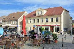 Cafe im Freien bim Kirchplatz / Ehm-Welk-Straße in Lübbenau / Spreewald - im Hintergrund die Touristeninformation.