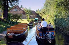 Spreekahn mit Touristen und Bootsführer in einem Fliess bei Schlepzig im Spreewald.