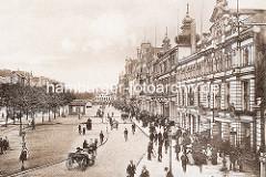 Alte Fotografie vom Spielbudenplatz - eine Pferdekutsche fährt über die gepflasterte Strasse - Radfahrer; Passanten auf dem Bürgersteig.