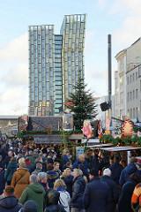 Weihnachtsmarkt Santa Pauli - Spielbudenplatz Hamburg St. Pauli - moderne Architektur Tanzende Türme, Hochhaus.