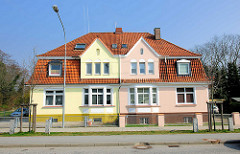 Doppelhaus - Wohnhaus mit unterschiedlich farbig gestalteter Fassade; Siemser Landstrasse, Hansestadt Lübeck.