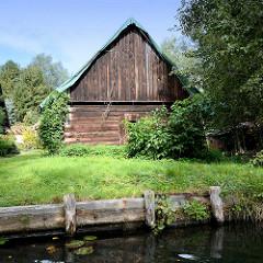 Alte Holzscheune und Uferbefestigung - Fliess in Lübbenau.