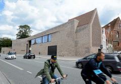 Blick über die Strasse An der Untertrave zum Gebäude des Europäischen Hansemuseums in der Hansestadt Lübeck - roter Ziegel / Klinkerstein - Architekten: Studio Andreas Heller Architects & Designers, Hamburg.