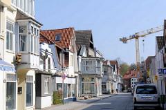 Wohnhäuser, Geschäfte - Kurgartenstrasse von Lübeck Travemünde.