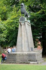 Replik vom Braunschweiger Löwen vor dem Lübecker Dom.