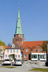 Historische Wohnhäuser an der Vorderreihe in Travemünde - St. Lorenzen Kirche.
