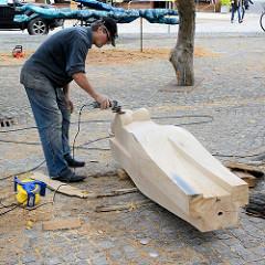 Bildhauersymposium / Spreewaldatelier in Lübbenau; Bildhauer bei der Arbeit / Holzskulptur.