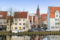 Wohnhäuser an der Untertrave in der Hansestadt Lübeck - Wäsche hängt zum Trocknen auf der Leine an der Trave.