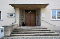 Eingang vom Amtsgericht der Stadt Lübben (Spreewald); das Gebäude wurde 1930 durch die Firma Alfons Heinrich  errichtet.