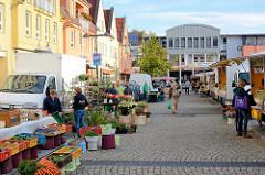 Wochenmarkt - Stände Am Markt in Lübben (Spree). Gemüse, Früchte und Blumen aus der Region.