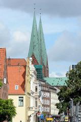 Hausfassaden und Kirchtürme der Marienkirche in der Hansestadt Lübeck.