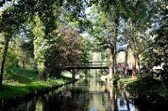 Holzbrücke, Fussgängerbrücke über einem Fliess im Spreewald bei Lübben.