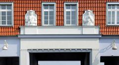 Detail  Werkseinfahrt an der Hochofenstrasse in Lübeck-Kücknitz, Fassadenskulptur Arbeiter mit Hammer.