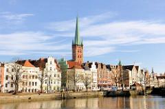Uferpromenade an der Trave - historische Altstadt der Hansestadt Lübeck, Kirchturm der Petrikirche.