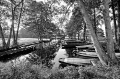 Kähne in einem Hafenbecken an der Hauptspree bei Lübbenau - Schwarz Weiss Fotografie.