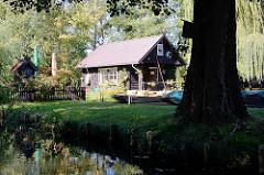 Holzhaus und Kähne an Land - Bilder vom Speewald bei Lübben.