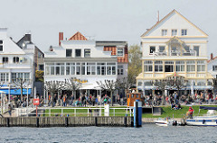 Blick über die Trave zur Travemünder Strandpromenade; sie wurde 1899 eingerichtet und gilt einer Breite von 20 Metern und einer Länge von 1,7 Kilometern als schönste Flaniermeile von Schleswig-Holstein.