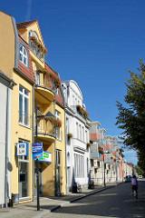 Wohn- und Geschäftshäuser mit unterschiedlich gestalteten Fassaden in Lübben ( Spreewald ).