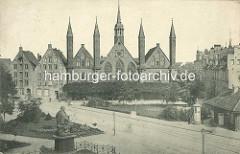 Altes Foto vom Heiligen Geist Hospital in Lübeck - Blick über den sogen. Geibelplatz - im Vordergrund die Skulptur des in Lübeck geborenen Dichters Emanuel Geibel.