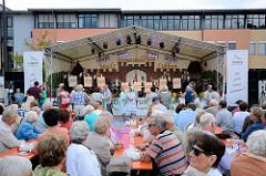 Musikzelt und Tanz - Gäste vom Spreewaldfest in Lübben sitzen an Tischen.