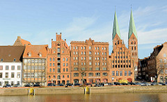 Historische Backsteingebäude, Lager und Wohnhäuser - Kirchtürme der Lübecker Marienkirche.