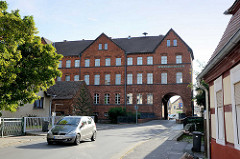 Torbogenhaus / Spreewaldmuseum in Lübbenau; dreistöckiger Backsteinbau von 1750 - ehem. Rathaus und Königliches Amtsgericht.