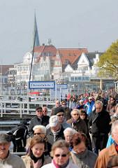 Hafenpormenade an der Trave in Travemünde - im Hintergrund der Kirchturm der St. Lorenz Kirche.