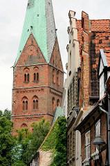 Hausgiebel - Kirchturm der St. Ägidienkirche in der Hansestadt Lübeck.