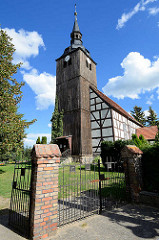 Dorfkirche von Schlepzig im Spreewald - Fachwerkbauweise, geweiht 1782; Kirchturm mit Brettern verkleidet.