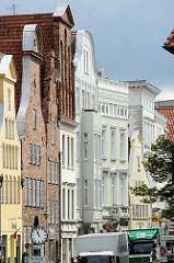 Blick über die Trave in die Strasse Beckergrube - Hausfassaden, Wohnhäuser - Geschäftshäuser, Lübecker Innenstadt.