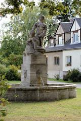 Brunnen in  Trüschels Kolonie; Wohnanlage für Arbeiter - erbaut 1918  in  Lübben (Spreewald).
