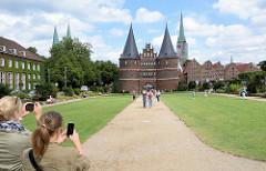 Holstentor, Stadttor zur Altstadt der Hansestadt Lübeck - Überreste der Lübecker Stadtbefestigung - Wahrzeichen der Stadt.