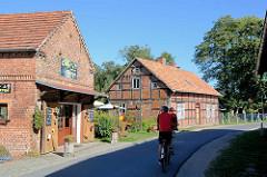 Fachwerkhäuser - Gartencafé am Spreearm, Fließ in Schlepzig - Fahrradausflug, Fahrradfahrer.