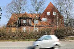 Fachwerkerker - Ziegelgebäude der ehem. Louisenhof-Schule an Siemser Landstrasse in Lübeck.
