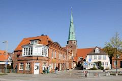 Gebäude an der Jahrmarktstrass und Kirchturm der St. Lorenzen Kirche in Travemünde.