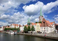 Historische Innenstadt Lübecks - Blick über die Trave; re. der Kirchturm der Lübecker Petrikirche, lks. die Türme der St. Marien / Lübecker Marienkirche.