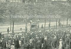 Kasper-Theater Aufführung auf dem Spielbudenplatz in Hamburg St. Pauli - dicht gedrängt stehen die ZuschauerInnen vor der Bühne.