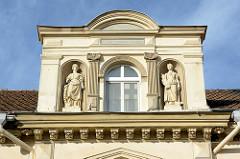 Gründerzeitarchitektur mit Skulpturen im Dachgiebel - Wohnhaus in Lübbenau.