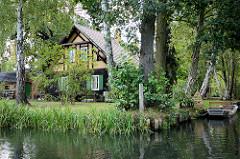 Historisches Wohnhaus in Lübbenau am Spreewald - Haus zwischen Bäumen am Fliess - Kahn am Ufer.