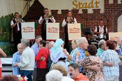 Musikzelt und Tanz - Spreewaldfest in Lübben.